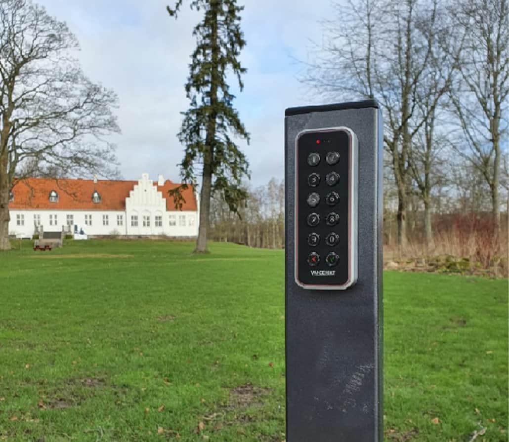 adgangskontrol på græsplæne